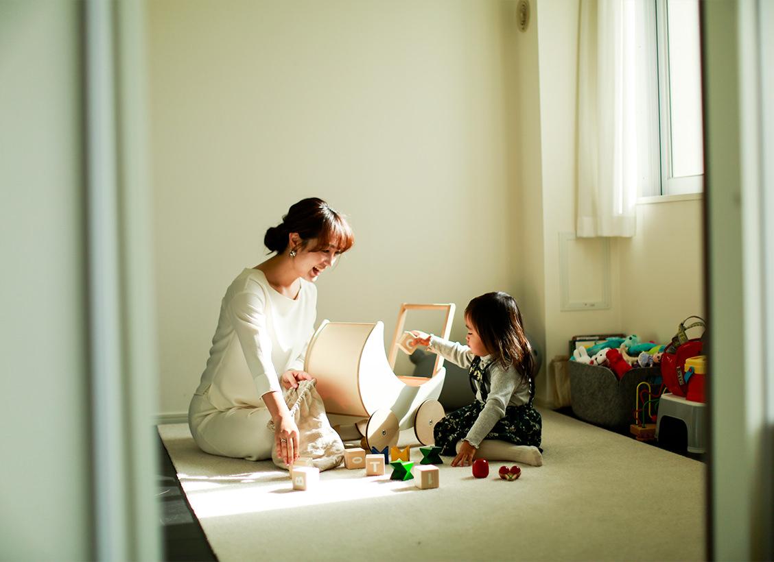 「娘は2歳。ルンバはお片付け育の役目もしてくれています」1