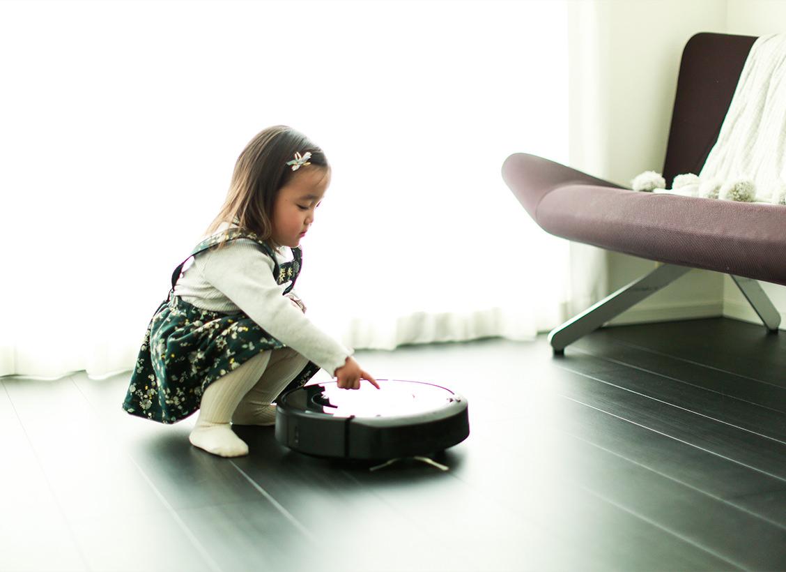 「娘は2歳。ルンバはお片付け育の役目もしてくれています」2